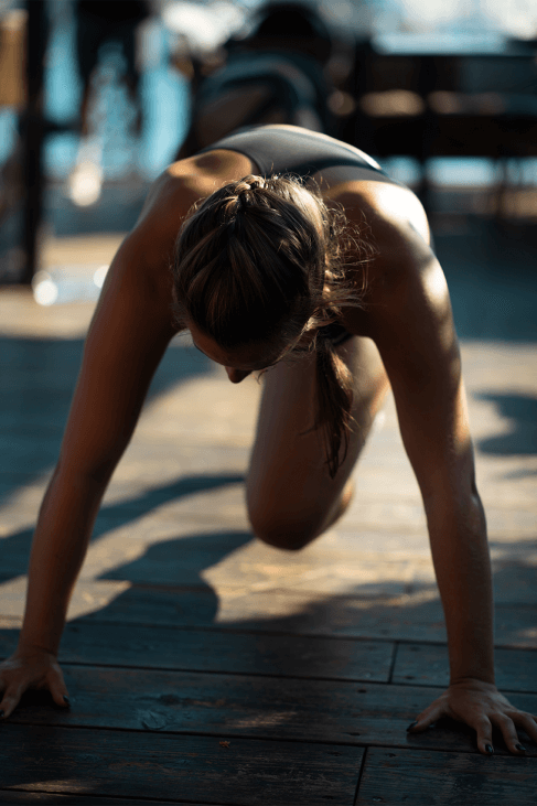 Woman plank with knee raises